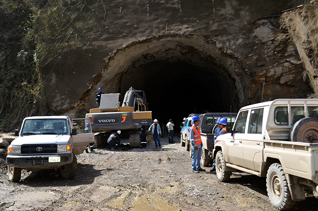 We found some road workers and inspectors by the second tunnel on the road segment between Santa Barbara and Caranavi.